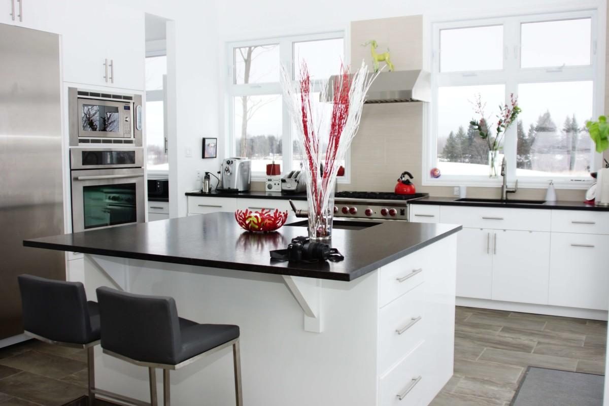 Cuisine moderne blanche et noir les armoires s guin cabinets - Cuisine design blanche et noire ...