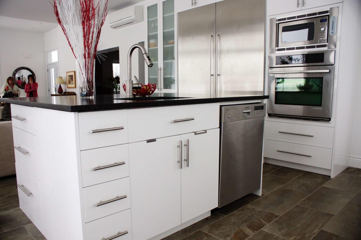 cuisine moderne blanche et noir les armoires s guin cabinets. Black Bedroom Furniture Sets. Home Design Ideas